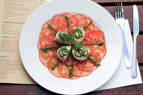 карпаччо из томатов и маринованной моцареллы и песто (380 руб.)