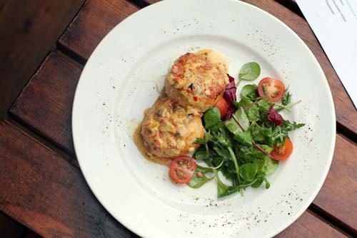 куриные котлеты пармиджана (под соусом из грибов и болгарского перца, с листьями салата - 360 руб.)
