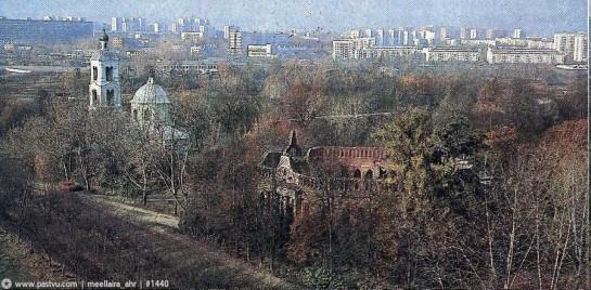 Вид с крыши Хлебного дома на руины Второго кавалерского корпуса и церковь Иконы Пресвятой Богородицы «Живоносный Источник»