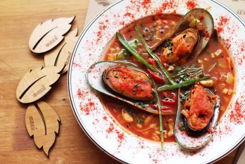 томатный суп с овощами и мидиями