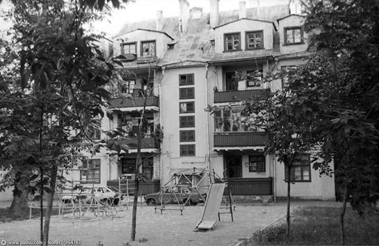 двор Надиного дома