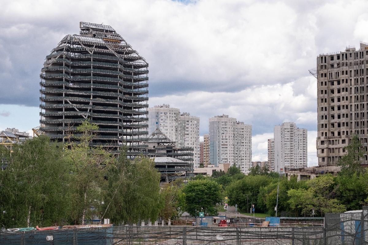 """у станции метро """"Юго-Западная"""", слева - """"Зенит"""""""