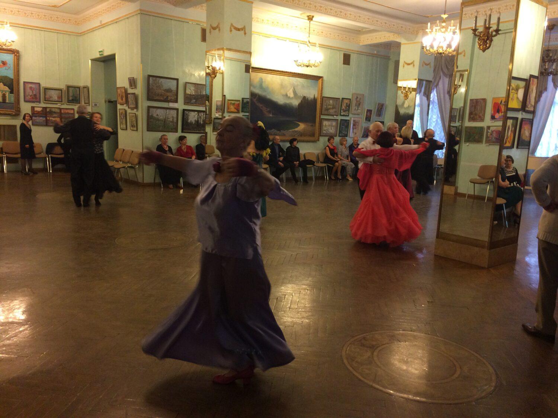 odinokaya dama v lilovom platye na zaniatiyah gruppi klassicheskih tantsev