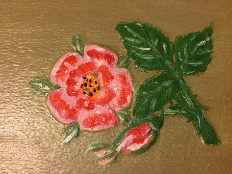 otrestavrirovannaya roza ne stene v Seroy komnate