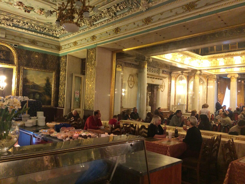 restoran na vtorom etazhe-tam ne zerkalo, a stena iz organicheskogo stekla