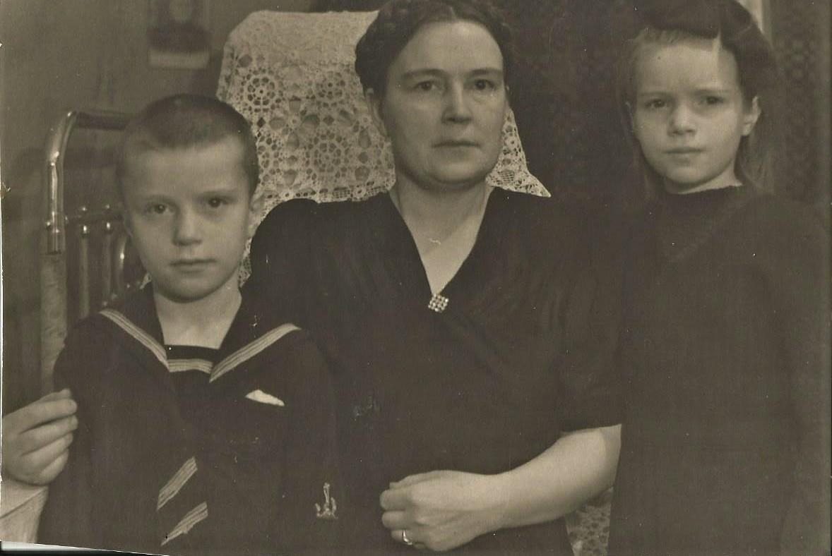 Чибисовы: бабушка и дети